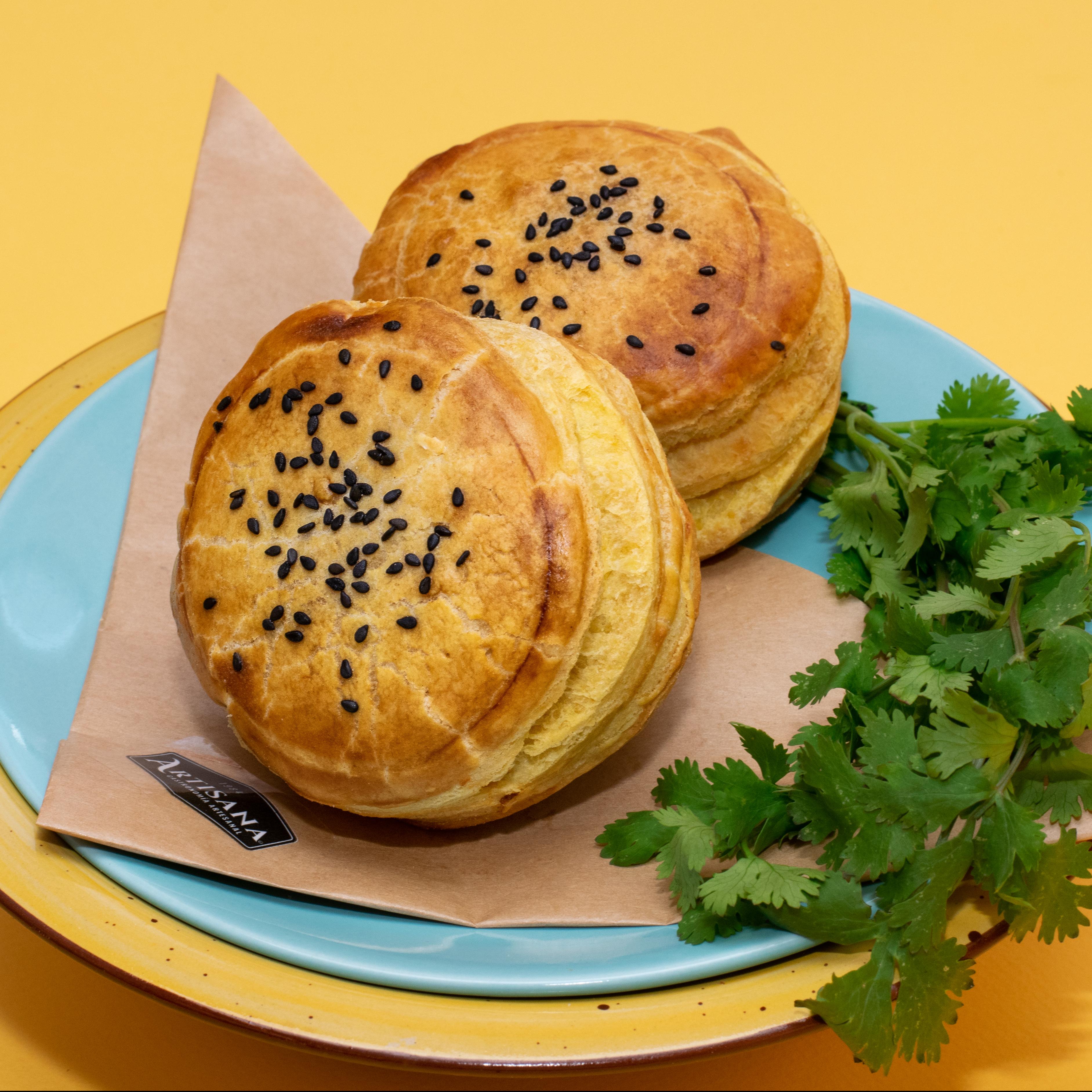 Empanada de ajonjoli negro